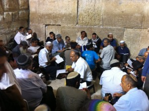 A group of Temanim (Yemenite Jews) recite Kinos at the Kosel.